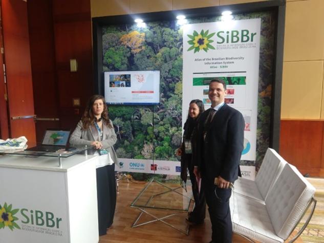 Imagem de três representantes da RNP e do MCTIC no estande do SiBBr no evento Bio Latin America 2019