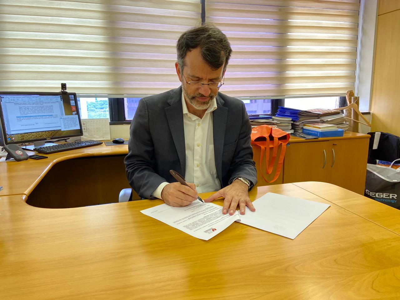 Diretor-geral da RNP, Nelson Simões, assinando o convênio com a RNP