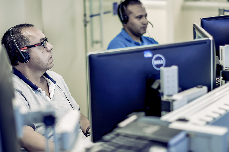 Profissionais trabalhando no monitoramento de rede