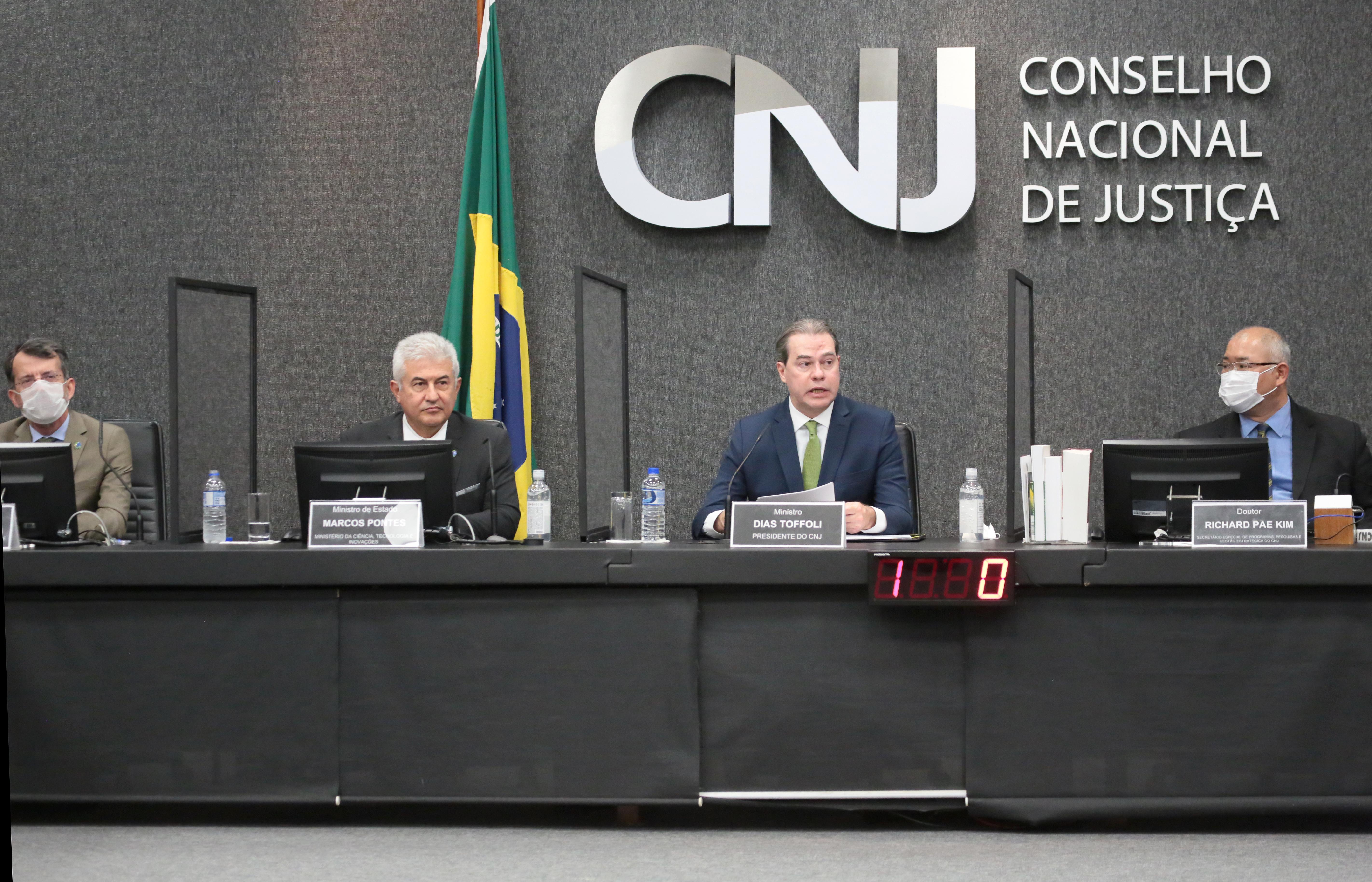 Na mesa, lado a lado, Nelson Simões, Marcos Pontes, Dias Toffoli e Richard Pae Kim