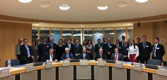Integrantes das comitivas brasileira e europeia posam atrás de uma mesa
