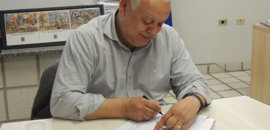 Reitor da UPE, Pedro Falcão, assinando o convênio com a RNP