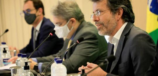Diretor-geral da RNP, Nelson Simões, falando em mesa com secretários do MEC